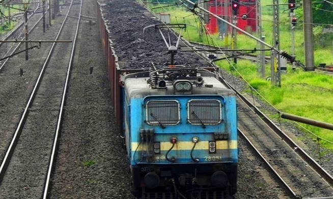 बिजली संयंत्रों के लिए कोयला पहुंचाने युद्धस्तर पर जुटा रेलवे, मालगाडिय़ों पर विशेष नजर