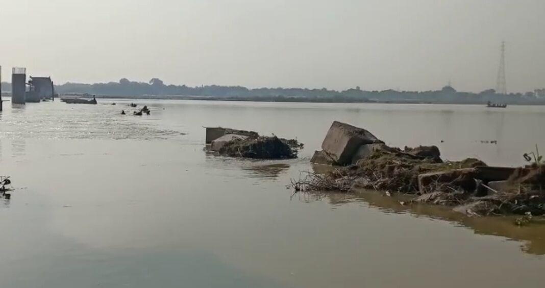 यात्रियों से भरी नाव गंगा में पलटी, सभी को बचाया
