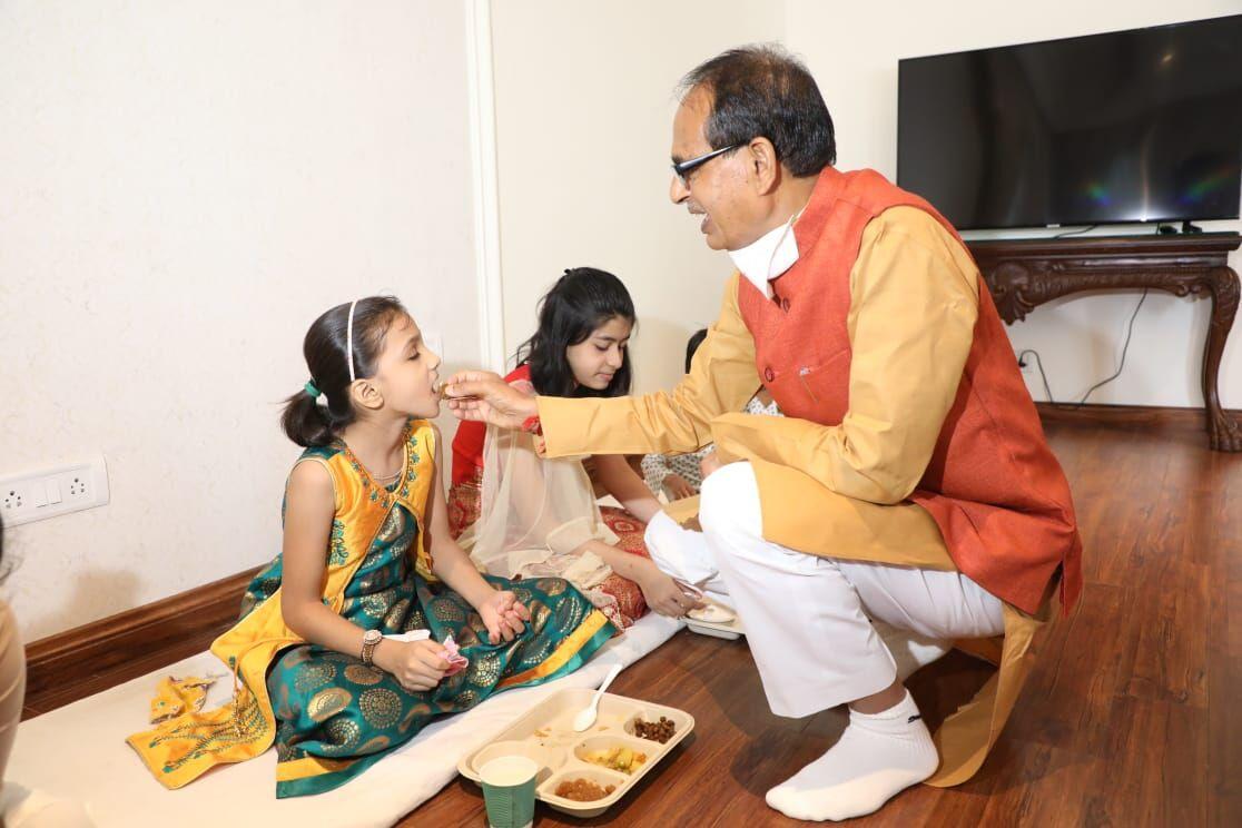 शिवराज सिंह ने महानवमीं पर घर बुलाकर कन्याओं को कराया भोजन