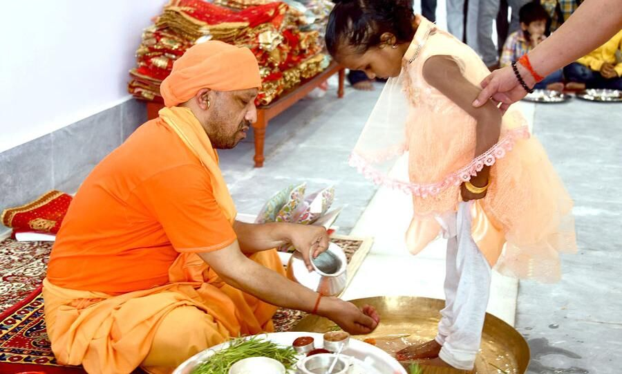 मुख्यमंत्री योगी आदित्यनाथ ने महानवमी पर कन्या पूजन कर लिया आशीर्वाद, देखें फोटो