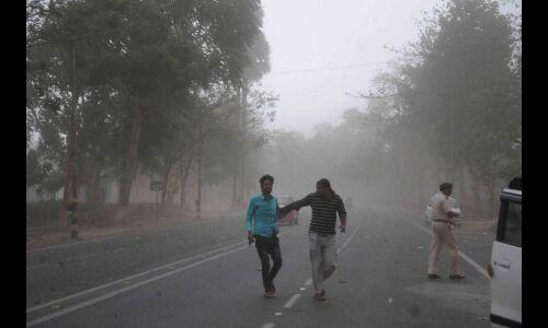 धूल भरी हवाओं की चपेट में राजधानी समेत देश के चार राज्य, अगले 48 घंटे मुश्किल भरे