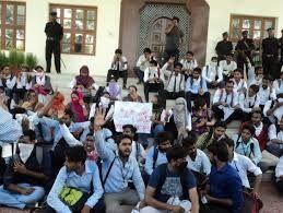 कुलपति पर छात्र नेताओं ने किया हमला, लखनऊ विश्वविद्यालय बंद