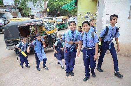 80 की किताब 250 रुपए में बेच रहे स्कूल संचालक