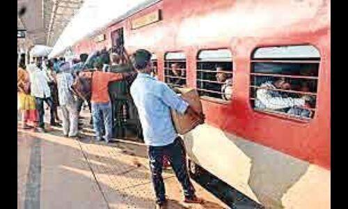 ट्रेनों व रेलवे स्टेशनों पर अवैध वेंडरों का गोरखधंधा