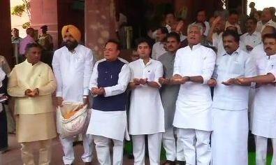 संसद के मुख्य दरवाजे पर कांग्रेस सांसदों ने किया प्रदर्शन