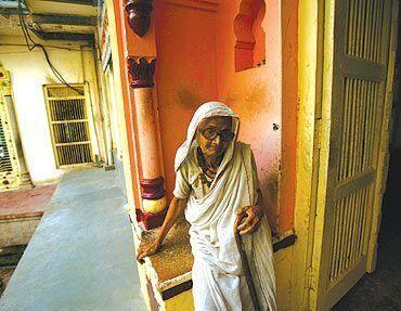 युवा भारत में फफक रहे वृद्ध