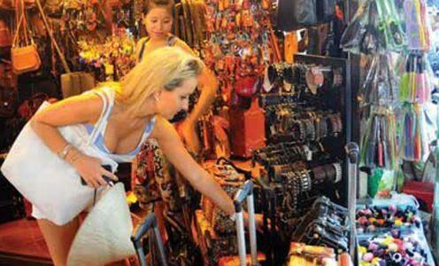 विदेशी पर्यटक कम कर रहे खरीददारी, हो रहा नुकसान, जानिए क्या है कारण