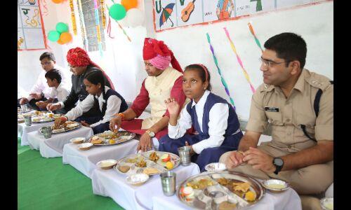 मंत्री श्री पवैया ने डीआरपी लाइन स्कूल में बच्चों के साथ किया विशेष भोज