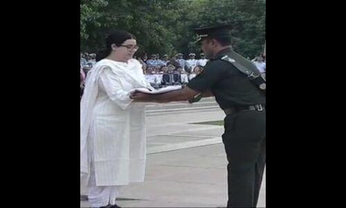 अटल जी के पार्थिव शरीर पर लिपटा तिरंगा पूरे सैनिक सम्मान के साथ नातिन निहारिका को दिया गया