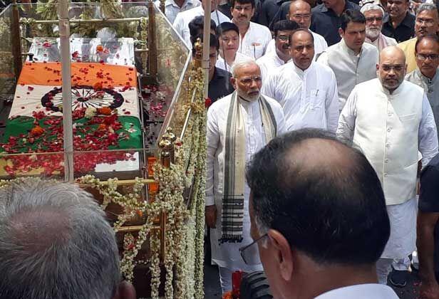 अटल जी की अंतिम यात्रा में प्रधानमंत्री मोदी भाजपा मुख्यालय से राष्ट्रीय स्मृति स्थल तक पैदल ही गए
