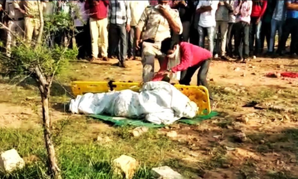 अमानवीयता : लात मारकर स्ट्रेचर से शव को  गिराने वाला सिपाही लाइन अटैच