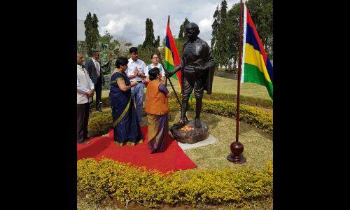 विदेश मंत्री सुषमा स्वराज ने मॉरीशस में गांधी प्रतिमा पर पुष्पाजंलि अर्पित की