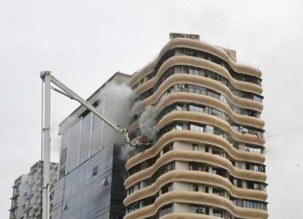 मुंबई : हिंदमाता सिनेमा के समीप क्रिस्टल टॉवर आवासीय अपार्टमेंट में आग, 4 मरे, 16 घायल
