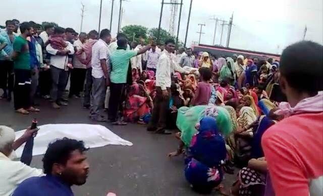 सड़क दुर्घटना में मृत युवक का शव सड़क पर रखकर ग्रामीणों ने किया चक्काजाम