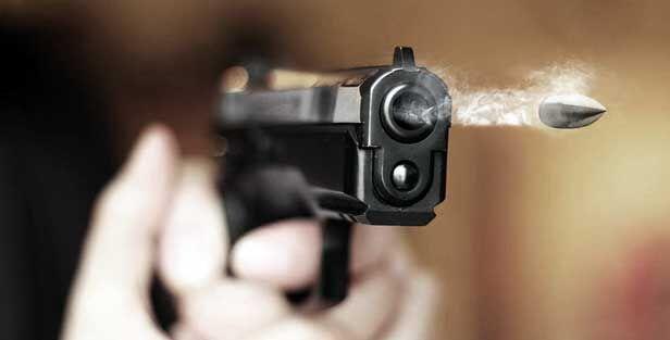 बदमाशों ने व्यापारी को गोली मारकर नकदी, पिस्टल लूटी