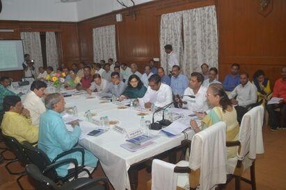 लोकसभा स्पीकर सुमित्रा महाजन ने की विभिन्न योजनाओं की समीक्षा