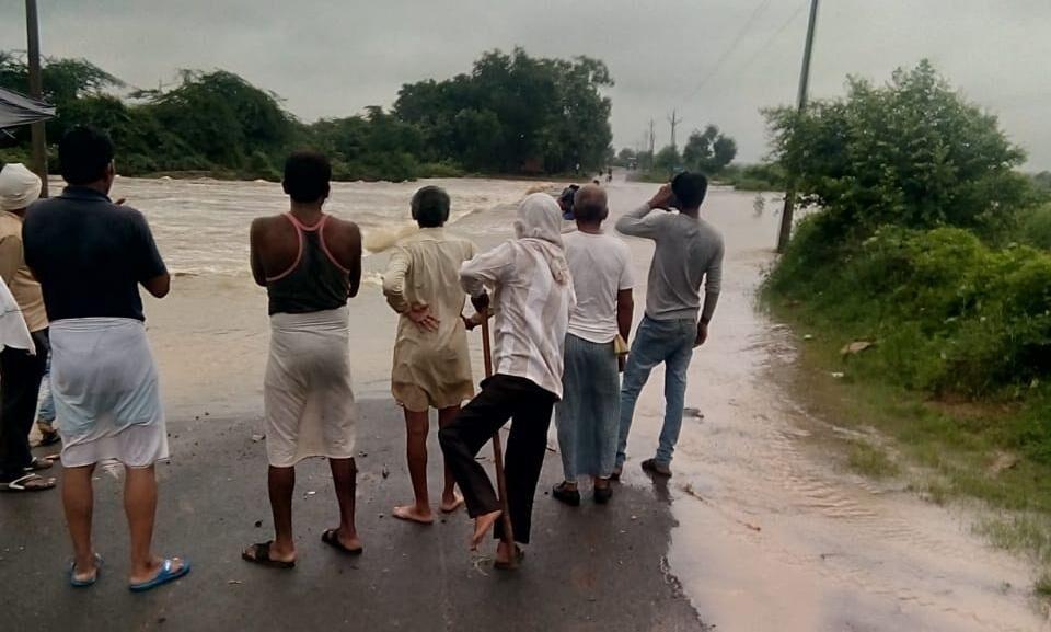 तेज बारिश : घाटीगांव क्षेत्र में बाढ़ का खतरा, सांक नदी उफान पर, पहाड़ों पर पहुंचे ग्रामीण