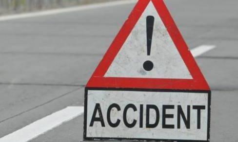 फैजाबाद हाईवे पर डंपर से टकराई टूरिस्ट बस, 30 यात्री घायल
