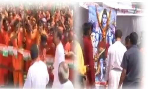 दो दिवसीए दौरे पर अमेठी पहुँचे राहुल, कार्यकर्ताओं ने भगवा अंगवस्त्र से किया स्वागत