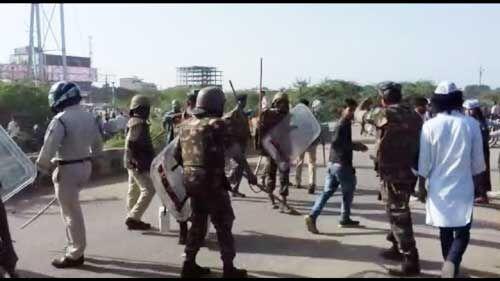 मामला फूटी कॉलोनी का: अतिक्रमण हटाने गए अमले को खदेड़ा, पुलिस के लाठीचार्ज के बाद लोगों ने किया पथराव