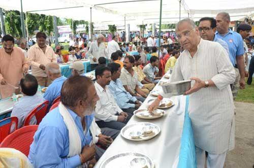 सद्भावना का अनूठा उदाहरण, मंत्री, महापौर ने स्वच्छता दूतों को अपने हाथों से परोसा भोजन