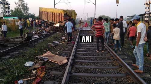 रेलवे फाटक तोड़कर त्रिवेंद्रम राजधानी एक्सप्रेस से टकराया ट्रक, दो डिब्बे पटरी से उतरे