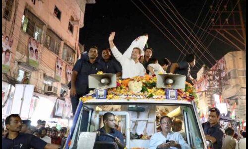राहुल गांधी के रोड शो में भाजपा कार्यकर्ता !