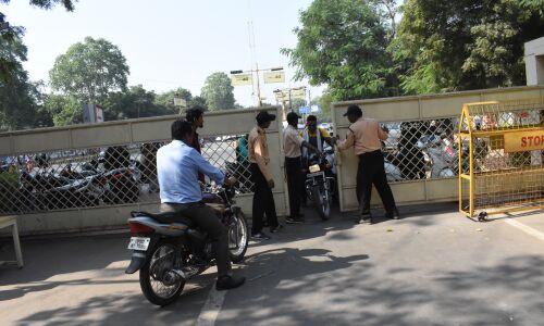 जीवाजी विवि में फिर लगाई वाहनों के प्रवेश पर रोक