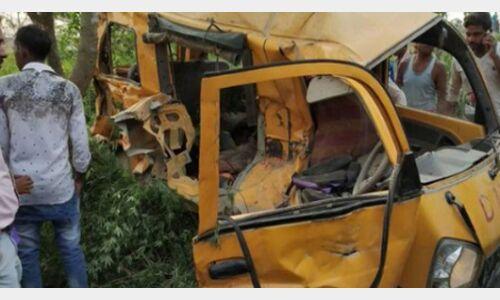 तेज रफ्तार बस ने स्कूल वैन को मारी टक्कर, छह बच्चों समेत सात की मौत