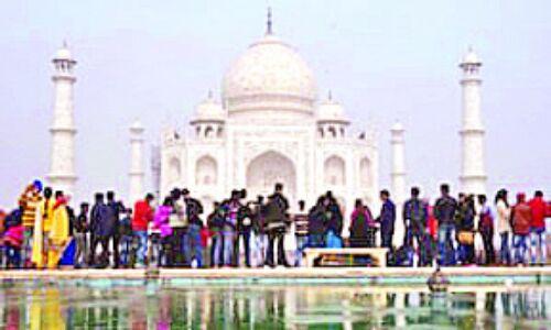 ताजमहल पर बढ़ रही पर्यटकों की संख्या और कमाई