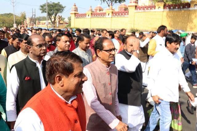 एनपी प्रजापति बने विधानसभा अध्यक्ष, भाजपा का वॉकआउट, राज्यपाल के अभिभाषण का भी किया बहिष्कार