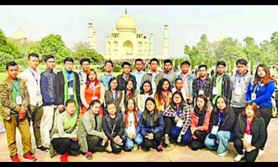 पूर्वोत्तर से आये छात्रों ने किया ताजमहल का भ्रमण