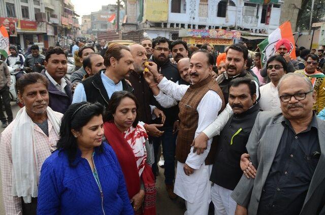 सिंधिया और प्रियंका के राष्ट्रीय महासचिव बनने पर कांग्रेस ने बांटी मिठाई