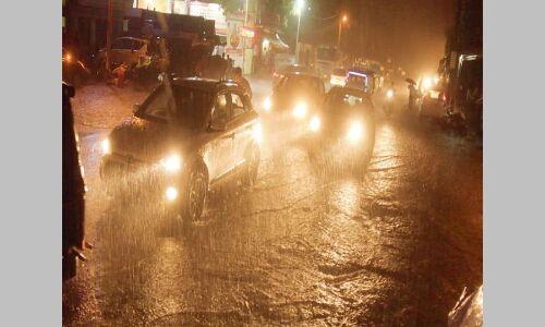 अलर्ट के बीच हुई बारिश के साथ चलीं तेज हवाएं