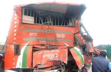ट्रक ने पीछे से मारी बस को टक्कर, छात्र की मौत