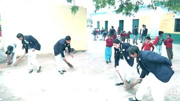 छात्र-छात्राओं ने सिखाया साफ-सफाई रखना