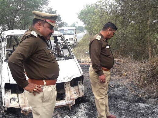 चलती गाड़ी में आग लगने से दो लोग जिंदा जले