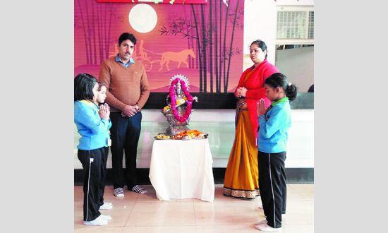 रोमैक्स इंटरनेशनल स्कूल के बच्चों ने किया सरस्वती पूजन
