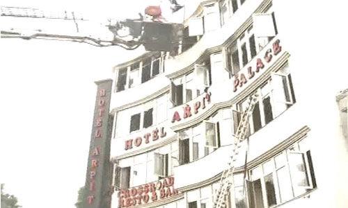 दिल्ली के होटल अर्पित पैलेस में भीषण आग, एक बच्चे सहित 17 की मौत