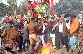 प्रदर्शन कर रहे सपाइयों को पुलिस ने खदेड़ा