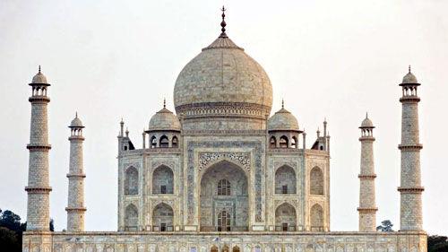 विश्व प्रसिद्ध ताजमहल का बदल रहा है रंग, प्रदूषण को लेकर बनी कोई नीति