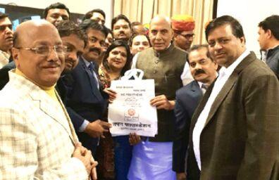 लीडर्स संस्था के सदस्यों ने राजनाथ सिंह को भेंट किया थैला