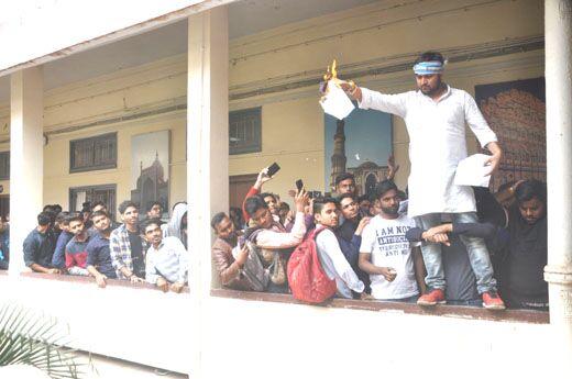 कश्मीरी छात्रों पर कार्रवाई और लिंक बंद करने की मांग को लेकर भाराछासं ने किया हंगामा
