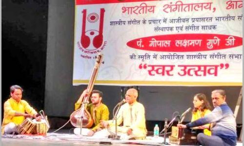 ताज महोत्सव के मंच पर पहली बार दिखी श्री गुणे जी की शिष्य परंपरा
