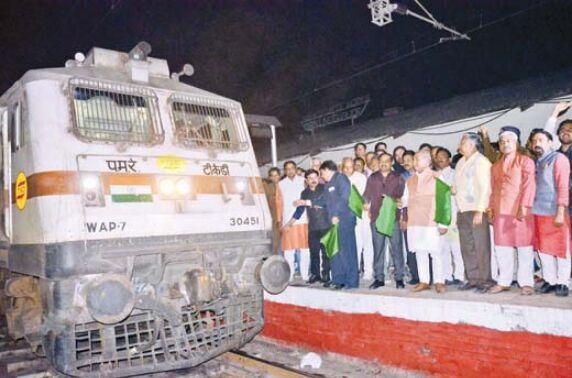 केन्द्रीय मंत्री ने जम्मूतवी-दुर्ग को दिखाई हरी झण्डी