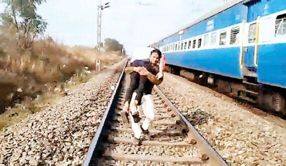 ट्रेन से गिरे युवक की पुलिस ने बचाई जान