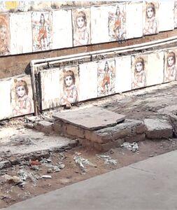 संजय प्लेस में दीवारों से भगवान की तस्वीर वाली टाइल्स हटाने की मांग