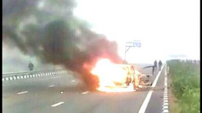 चलती कार बन गई आग का गोला