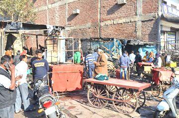 मनोज ढाबा के सामने चार दुकानों में लगी आग
