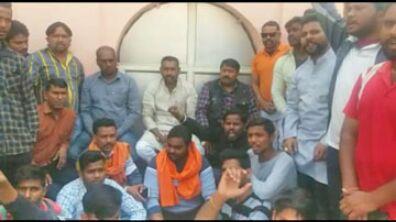 लव जिहाद मामले में बजरंगदल कार्यकर्ताओ ने घेरा ताजगंज थाना
